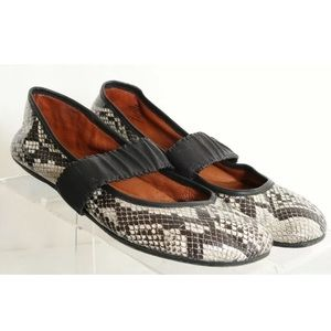 GENTLE SOULS by Kenneth Cole Gabby snake flats 8